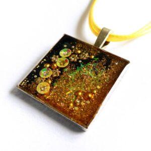 Třpytivý žlutý náhrdelník s květinami čtverec