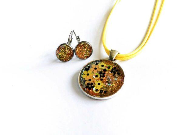 Třpytivý žlutý náhrdelník s květinami