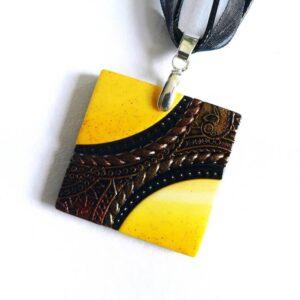 Žluto černý náhrdelník čtverec