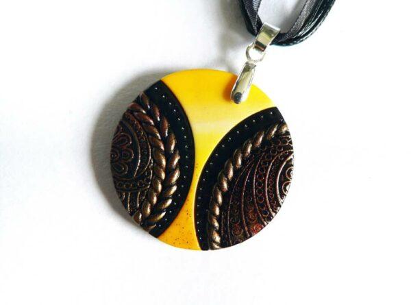 Žluto černý náhrdelník kulatý