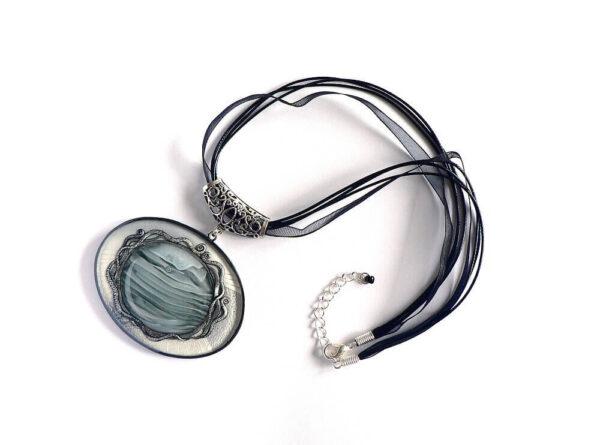Masivní černošedý náhrdelník na řemínku