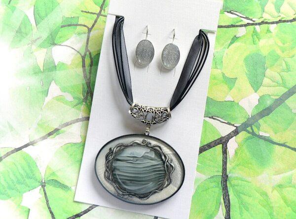 Masivní černošedý náhrdelník na řemínku s náušnicemi