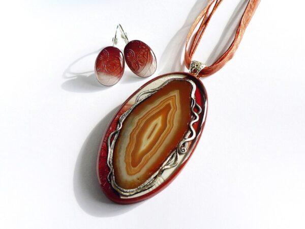 Hnědý náhrdelník s achátem a nušnicemi