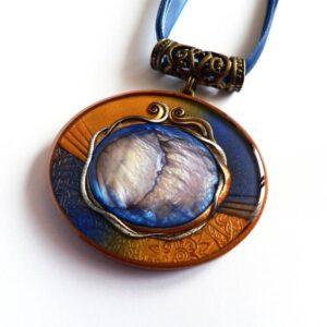 Tmavě modrý náhrdelník s perletí