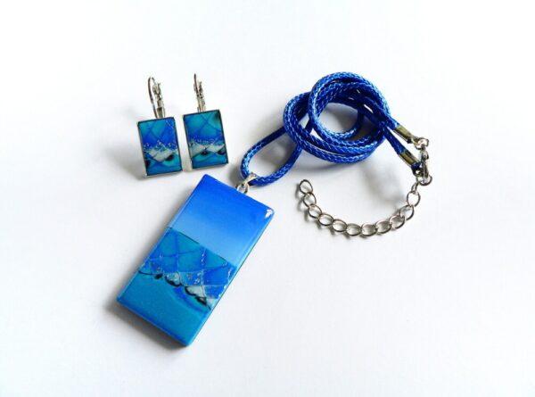 Modrý přívěsek s náušnicemi v soupravě