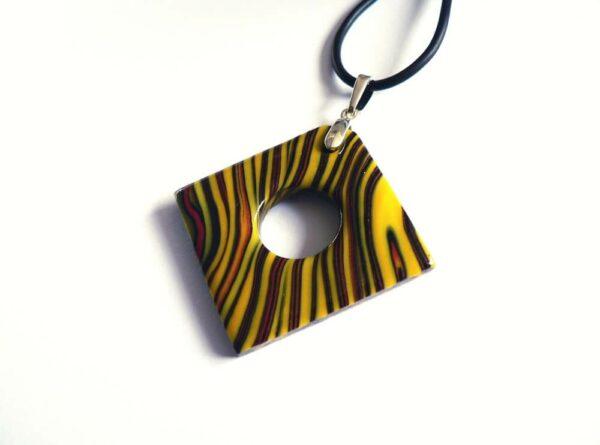 šperk, samostatný žlutý přívěsek na řemínku
