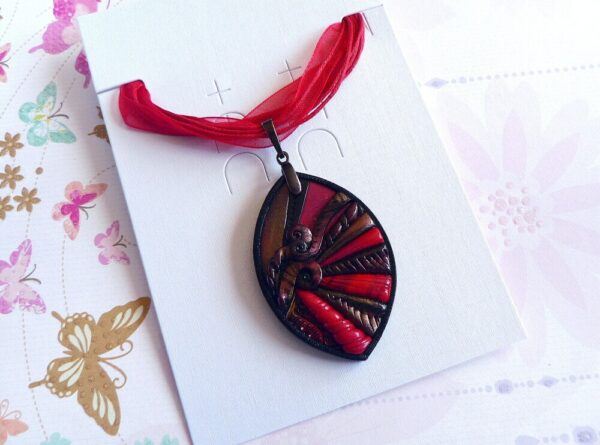 šperk, červený přívěsek, náhrdelník na řemínku