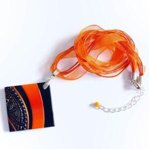 Náhrdelník, samostatný oranžový přívěsek na řemínku