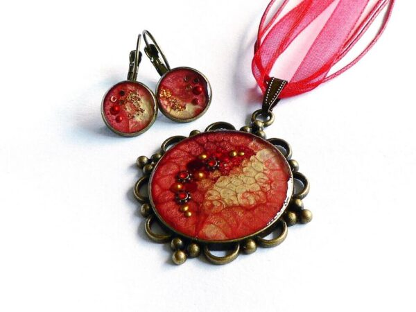 Červeno hnědý náhrdelník v kovovém lůžku s náušnicemi