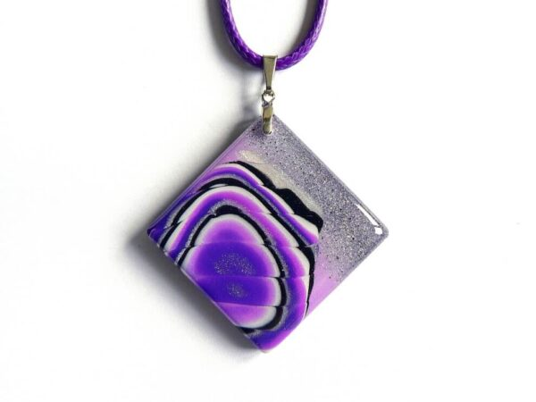 šperk, fialový přívěsek, náhrdelník na řemínku