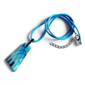 Modrý samostatný přívěsek šperkový na řemínku