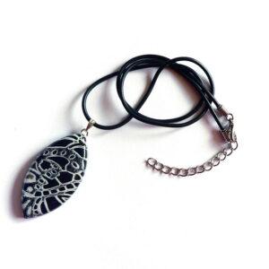šperk, bílo černý přívěsek, náhrdelník na řemínku