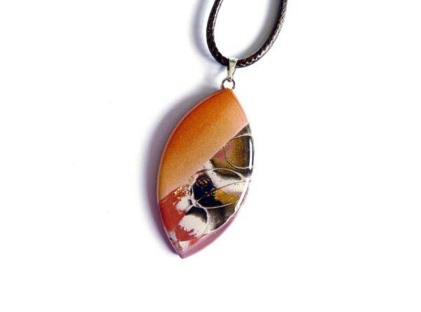 šperk, hnědý přívěsek, náhrdelník na řemínku