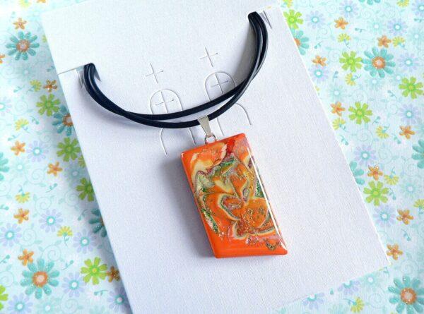 šperk, samostatný oranžový přívěsek na řemínku