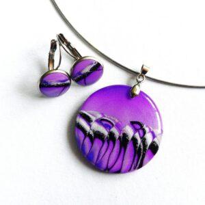 Přívěsek s náušnicemi ve fialové soupravě