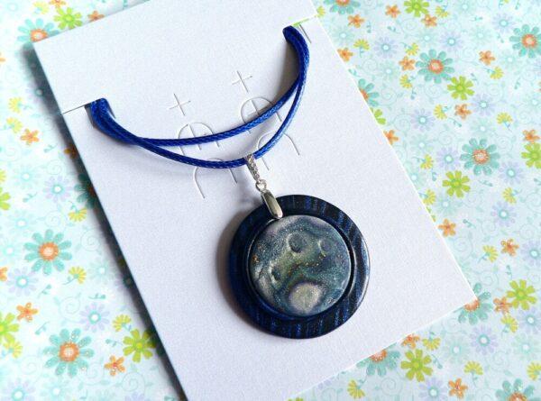 Modrý samostatný přívěsek šperkový, náhrdelník na řemínku