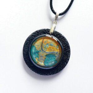 oranžovo modrý samostatný přívěsek šperkový, náhrdelník na řemínku