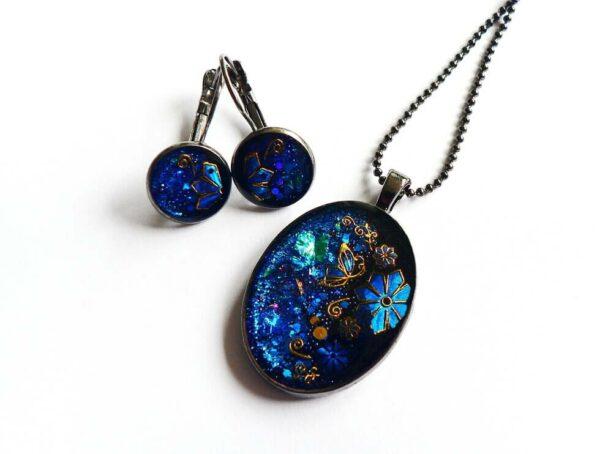 Modrá souprava, náhrdelník s náušnicemi