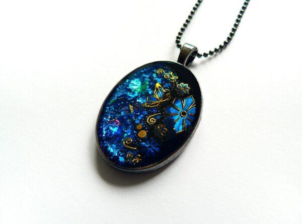 Tmavě modrý náhrdelník na řetízku