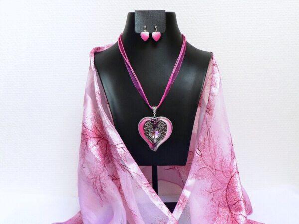 Růžový náhrdelník ve tvaru srdce s andělskými křídly