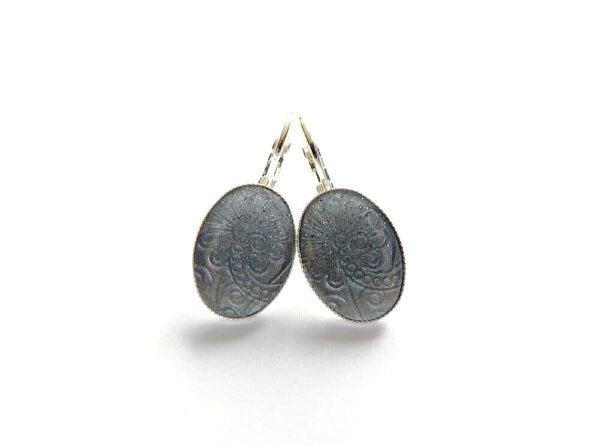 Oválné lůžkové náušnice perleťově šedé
