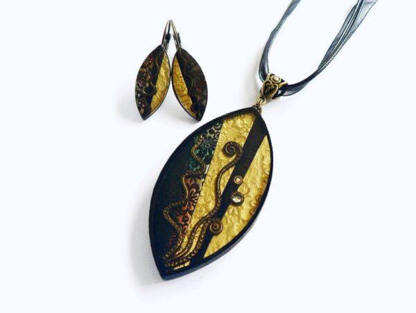 Černo hnědý náhrdelník s pryskyřicovým lůžkem v soupravě s náušnicemi