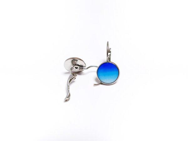 Bílo modré lůžkové náušnice z chirurgické oceli