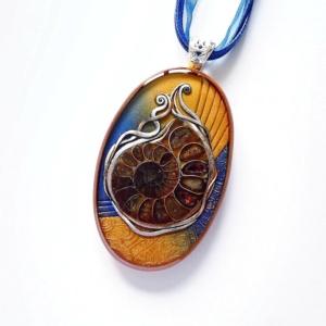 Modro hnědý náhrdelník s amonitem - fosílií