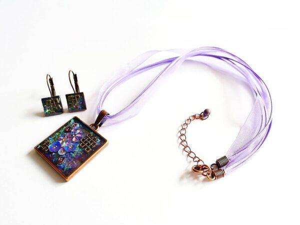 Náhrdelník fialový třpytivý na víceřadém řemínku s náušnicemi v soupravě