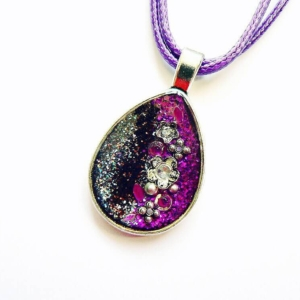 Fialový třpytivý náhrdelník ve tvaru kapky